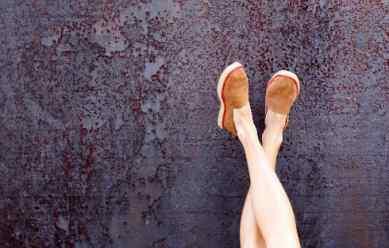 فواید بالا بردن و چسباندن پاها به دیوار