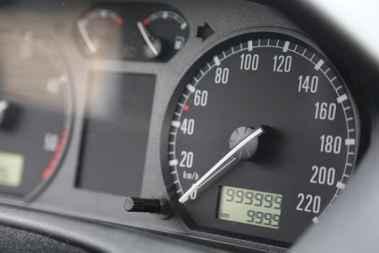 چطور دستکاری کیلومتر خودرو را تشخیص دهیم؟