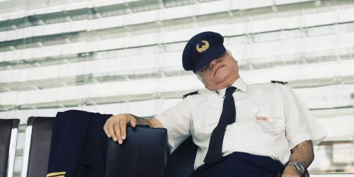 آیا خلبان ها در موقع پرواز می خوابند؟