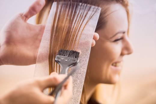خطرات ناشی از رنگ کردن مو و مصرف کرم ضد آفتاب برای حاملگی